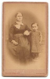 Fotografie Theodor Ehrhardt, Magdeburg, hübsche Frau im eleganten Kleid & süsses kleines Mädchen im karierten Kleid