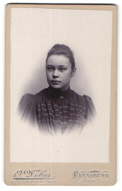 Fotografie O. Weber, Flensburg, Portrait brünette junge Schönheit im bestickten Kleid