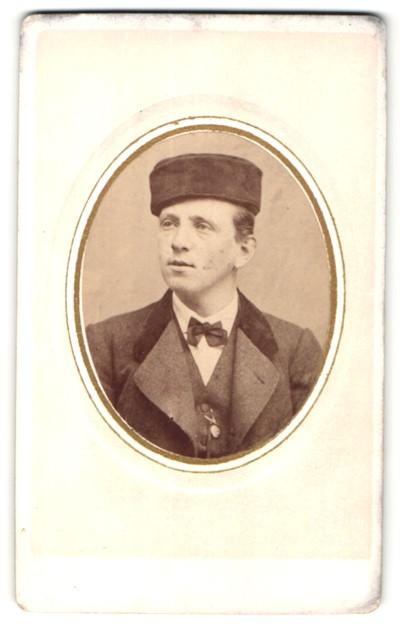 Fotografie Fotograf unbekannt, Ort unbekannt, Junger Mann mit Hut und Anzug