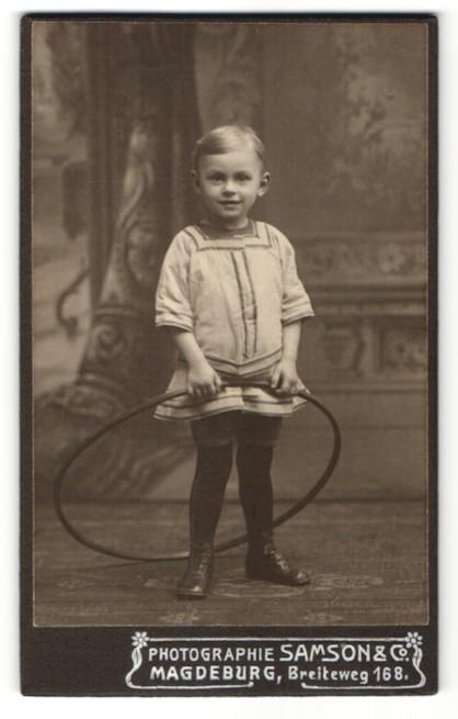 Fotografie Samson & Co, Magdeburg, Kleiner Junge mit Spielreifen