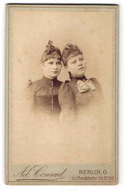 Fotografie Ad. Conrad, Berlin, zwei Frauen Kopf an Kopf stehend