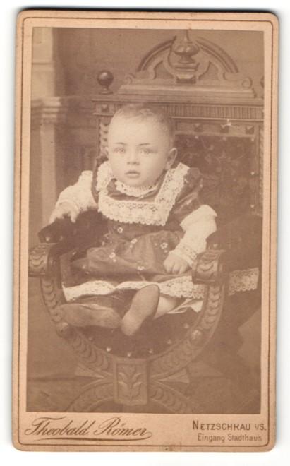 Fotografie Theobald Römer, Netzschkau i./S., kleines Baby im Kleidchen sitzend im Stuhl