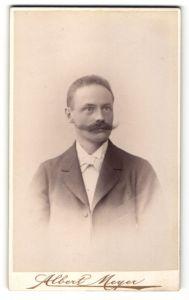 Fotografie Albert Meyer, Berlin, Portrait Mann mit Schnauzbart im Anzug mit Krawatte