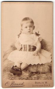Fotografie C. Brasch, Berlin-W, Portrait Kleinkind in Kleidchen