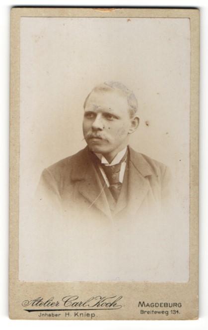 Fotografie Carl Koch, Magdeburg, Portrait junger Mann in Anzug