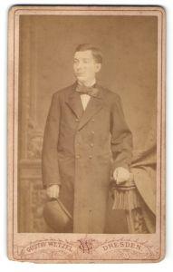 Fotografie Gustav Wetzel, Dresden, Portrait junger Mann in Mantel