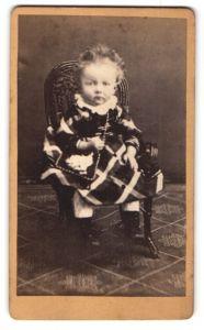 Fotografie unbekannter Fotograf und Ort, Portrait Kleinkind in zeitgenöss. Kleidung