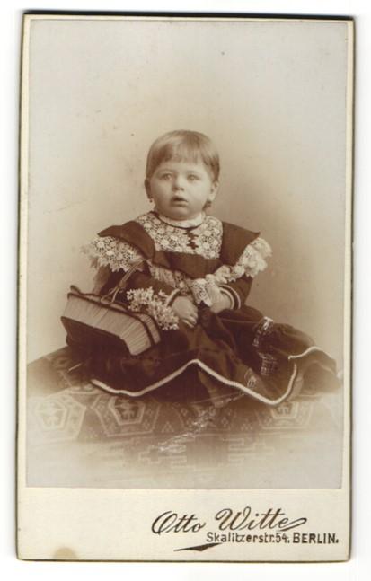 Fotografie Otto Witte, Berlin, Portrait kleines Mädchen in festlicher Kleidung