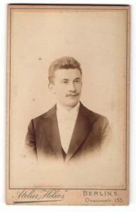 Fotografie Atelier Helios, Berlin-S, Portrait junger Herr mit zeitgenöss. Frisur