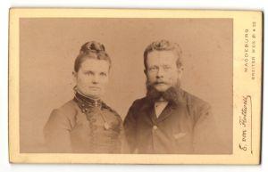 Fotografie E. von Flottwell, Magdeburg, Portrait Paar in zeitgenöss. Garderobe