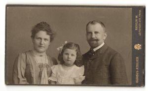 Fotografie Globus Atelier, Berlin-W, Portrait junge bürgerliche Familie