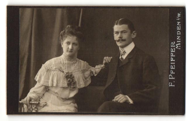 Fotografie F. Pfeiffer, Minden i/W, Portrait junges bürgerliches Paar