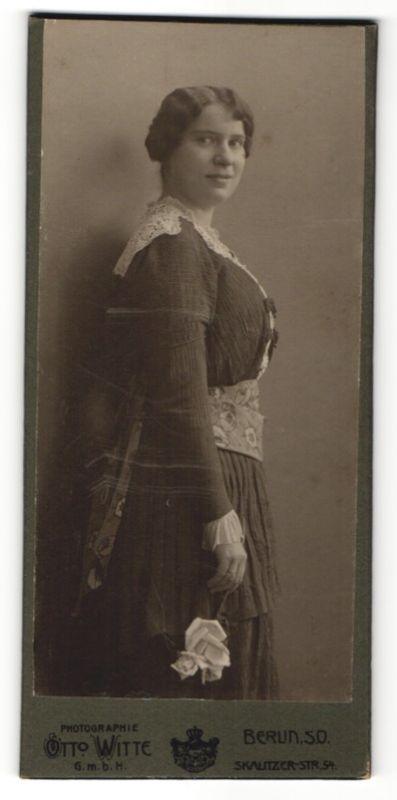 Fotografie Otto Witte, Berlin-SO, junge Frau in Kleid