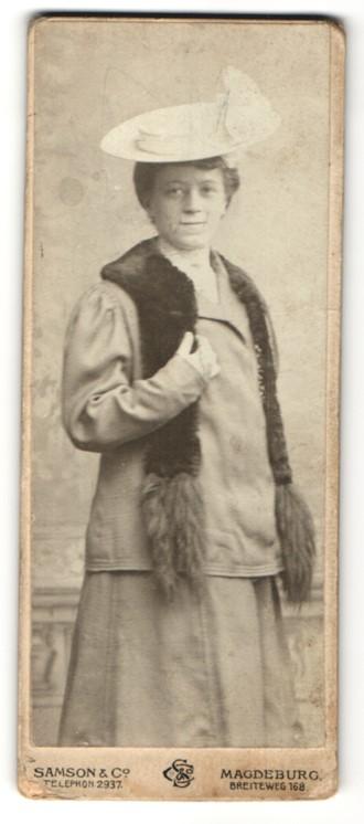 Fotografie Samson & Co., Magdeburg, Portrait Dame in Winterkleidung mit Hut