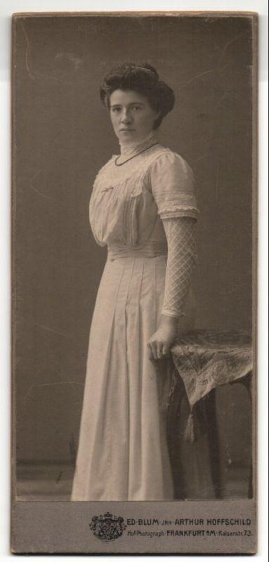 Fotografie Ed. Blum, Frankfurt a/M, Portrait junge Dame in weissem Kleid
