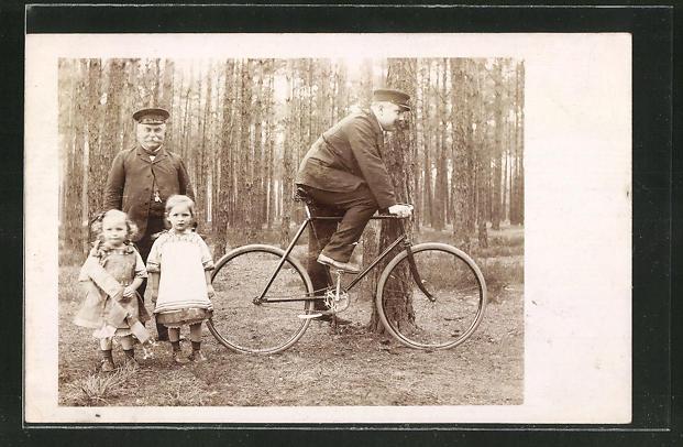 Foto-AK Mann auf seinem Fahrrad, Grossvater mit Enkelinnen