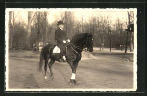 Foto-AK Mann mit Hut sitzt auf einem Pferd