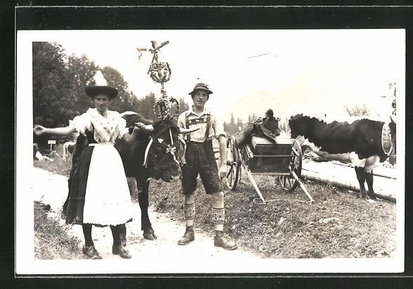 Foto-AK Mann und Frau mit preisgekröntem Ochsen