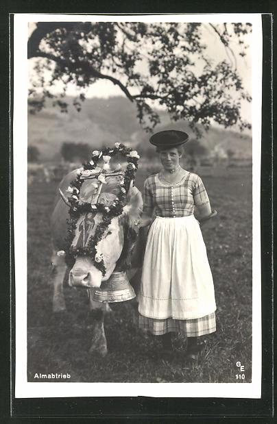 AK Almabtrieb, Landfrau in Tracht mit geschmücktem Ochsen