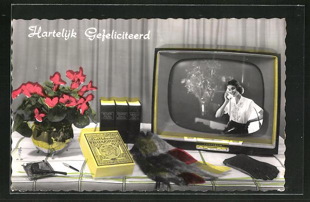 AK Fernseher von Telefunken auf dem Tisch neben Lexikon, Pfeife und Blumen