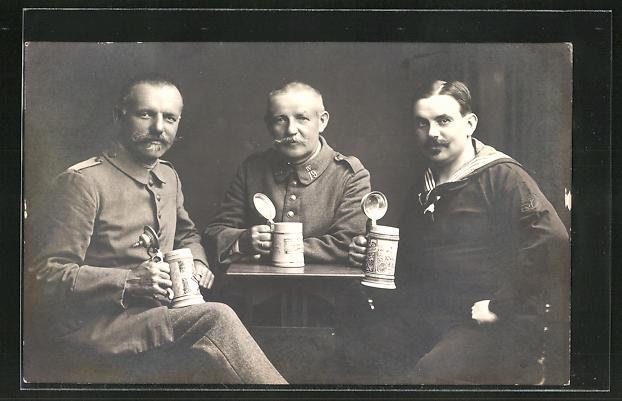 Foto-AK Soldaten & Matrose mit Bierkrügen