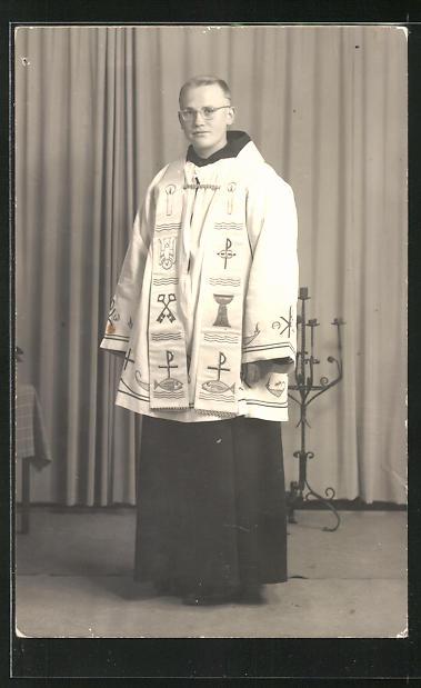 Foto-AK Geistlicher im vollen Ornat 0