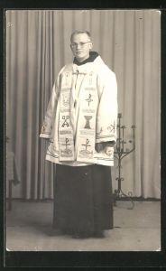 Foto-AK Geistlicher im vollen Ornat
