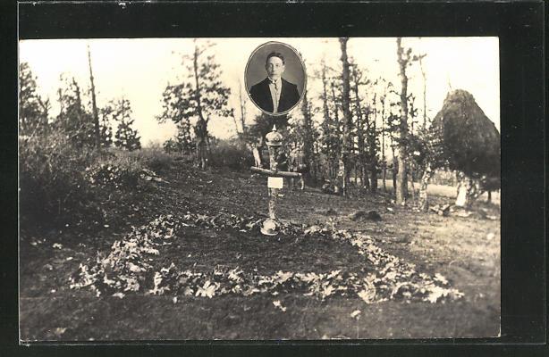 AK Kriegsgrab eines Soldaten, Portrait über dem Kreuz