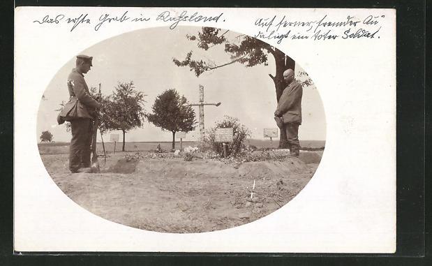 AK Soldaten halten Andacht an Kriegsgräbern ihrer gefallenen Kameraden