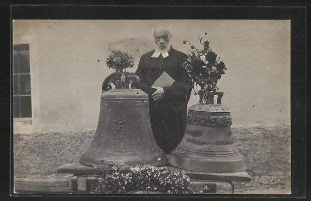 AK Pfarrer hinter zwei Glocken