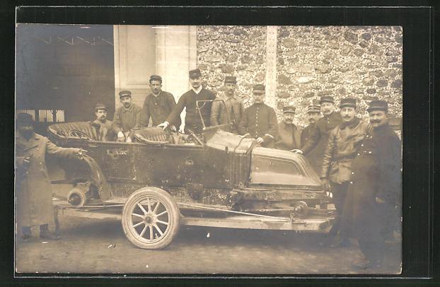 AK Männer an einem Auto 0