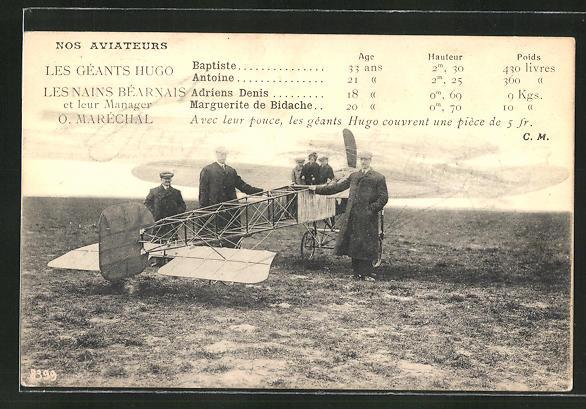 AK Nos Aviateurs, Les Geants Hugo, Les Nains Béarnais et leur Manager O. Marechal, Flugzeug