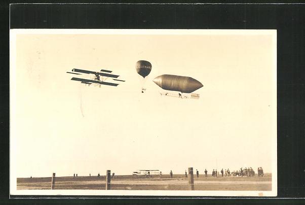 AK Luftschiff Zeppelin, Ballon & Flugzeug über einem Flugfeld 0