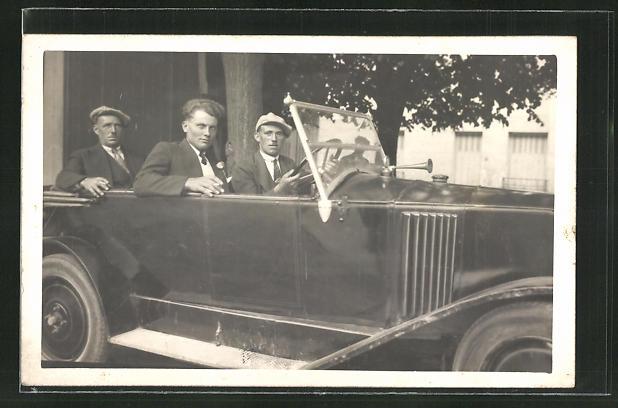 AK Männer in einem Auto