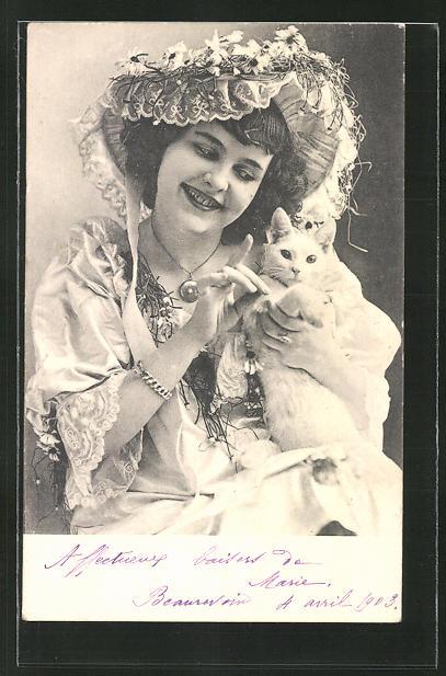 AK Dame mit einer Katze im Arm 0