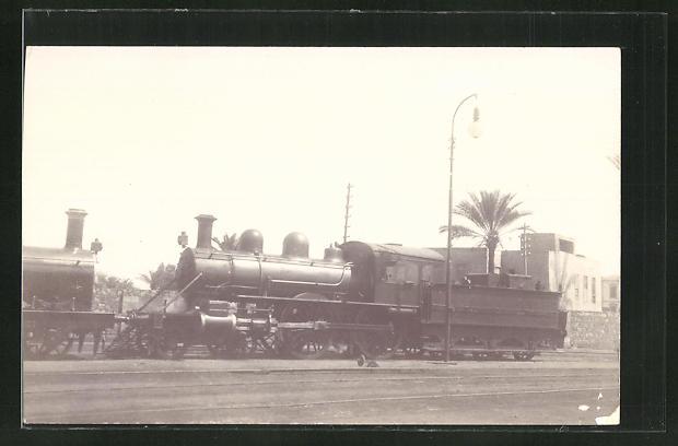 AK Englische Eisenbahn-Lokomotive an einem Bahnhof 0
