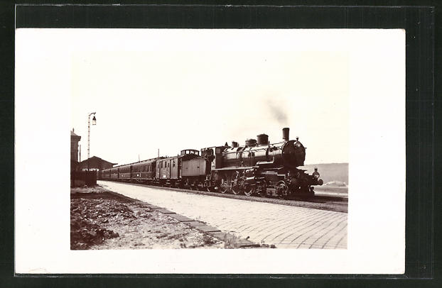 AK Englische Eisenbahn hält an einem Bahnhof