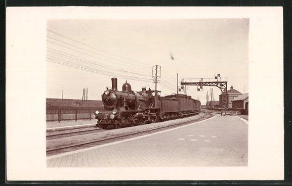 AK Englische Eisenbahn fährt in einen Bahnhof ein