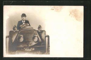 Foto-AK Mann im Anzug mit Hut fährt ein Auto in einer Studiokulisse
