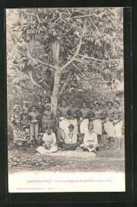 AK Archipel Fidji, Chefs et Indigènes au pied d'un arbre à pain