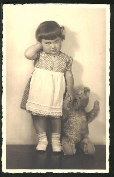 Foto-AK Pausbäckiges Mädchen mit Teddy