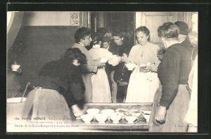 AK Paris, Inondé, Cliché du 28 Janvier 1910, Dames de la Croix-Rouge distribuant des vivres, Hochwasser