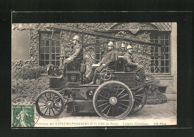 AK Paris, Feuerwehrleute auf ihrem Fahrzeug