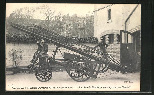 AK Paris, Feuerwehrleute mit einer ausziehbaren Leiter