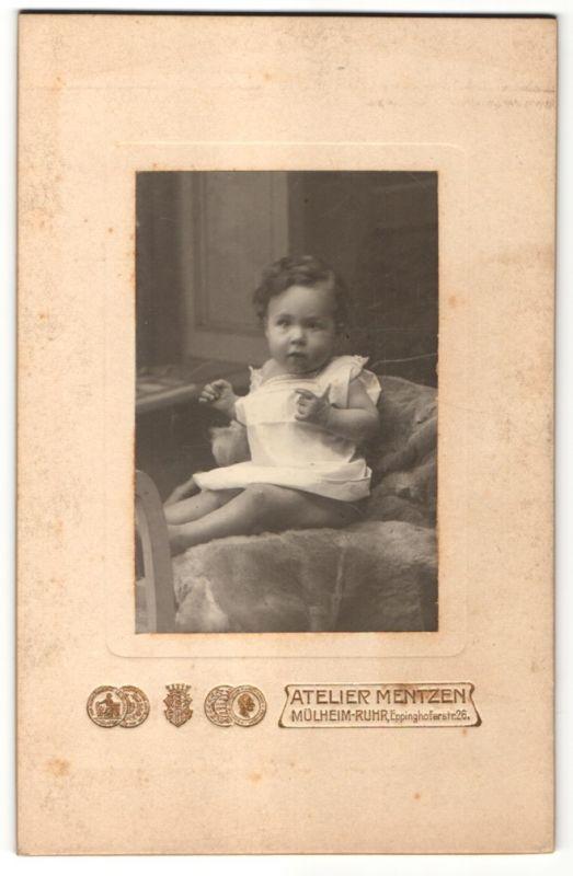 Fotografie Atelier Mentzen, Mülheim-Ruhr, Portrait Kleinkind in Leibchen