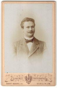 Fotografie Ernst Hering, Berlin-SW, Portrait eleganter junger Herr mit zeitgenöss. Frisur