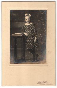 Fotografie Max Seifert, Freiberg i/S, Portrait Mädchen in kariertem Kleid