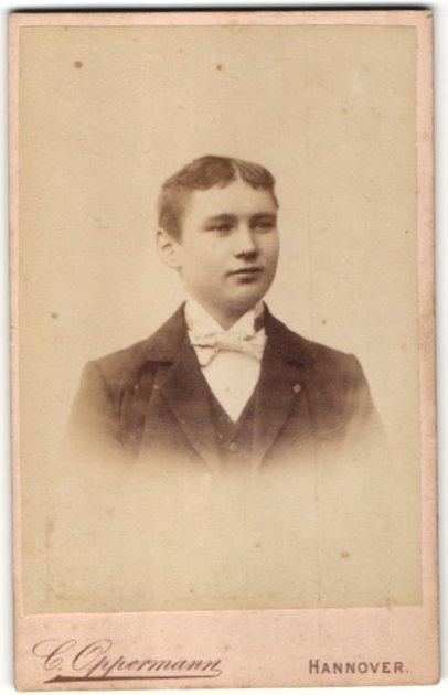Fotografie C. Oppermann, Hannover, Portrait halbwüchsiger Knabe mit Mittelscheitel