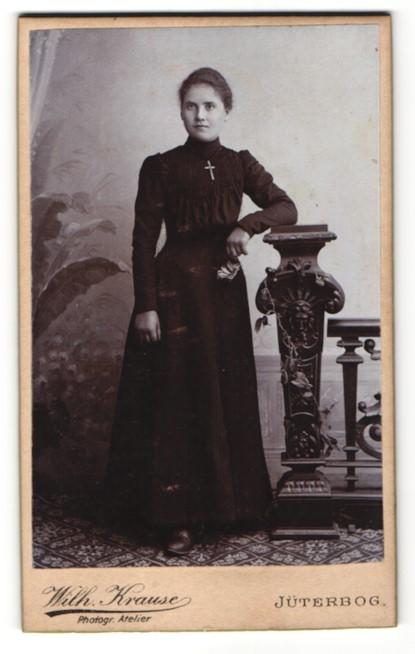 Fotografie Wilh. Krause, Jüterbog, Portrait Fräulein mit Kruzifix