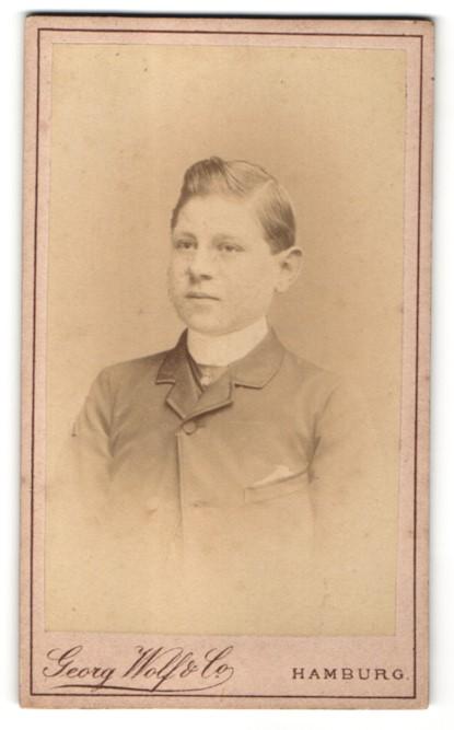 Fotografie Georg Wolf & Co., Hamburg, Portrait Bub mit zeitgenöss. Frisur